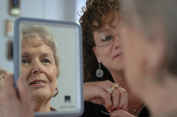 BLAINE FALKENA/Hazleton Standard-Speaker<br /> Ellie Ratzlaff takes a look in the mirror at the American Cancer Society Carbon/Tamaqua Unit during a Look Good...Feel Better workshop Monday afternoon as Patty Rascavage watches her reaction. Ratzlaff, of Florida but who spends her summers in Albrightsville, had her final chemotherapy treatment for colon cancer before attending the event Monday, July 21, 2008.