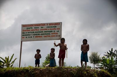 En febrero 2013, los miembros de la Comisión Intereclesial de Justicia y Paz visitaron a la comunidad indígena nonam del Resguardo Humanitario Santa Rosa de Guayacán (Valle del Cauca), para hablar sobre su situación de riesgo y la escalada del conflicto armado en la región. PBI acompañó a María Eugena Mosquera y a Laura Chaparro en este viaje.