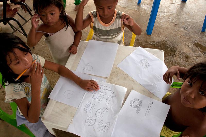 El profesor Enrique nos cuenta que han elaborado cartillas en idioma indígena para cada grado. Desafortunadamente, aún no han llegado los impresos para la primaria y aún están buscando fondos para la impresión de los cuadernos para la secundaria.