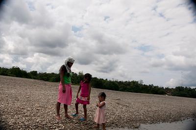 Entre la incertidumbre, el temor y las restricciones impuestas por los grupos ilegales, la comunidad ha salido poco a pescar, cazar y cultivar, lo cual tiene un impacto sobre la seguridad alimentaria.