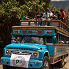 Durante la mañana, entre risas, vallenato y comida los asistentes abordamos dos coloridas chivas (autobuses típicos artesanales adaptados para el transporte rural) a fin de hacer un recorrido de cinco horas montaña arriba hacia el caserío la Balsita.