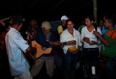 La noche se puso intima y alrededor de unas velas, una guitarra y unas ofrendas de semillas que los presentes habían traído en obsequio desde sus regiones, y eso si con un buen tinto (así los colombianos se refieren a un café negro), se hicieron reflexiones sobre la violencia y el control social.