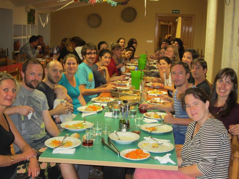Almorzamos y cenamos comida rica y tomamos botellas de vino hechas en la finca donde nos quedábamos. Compartiendo historias de nuestras vidas y el interés por Colombia, ¡las horas de comer siempre estuvieron llenas de sonrisas!