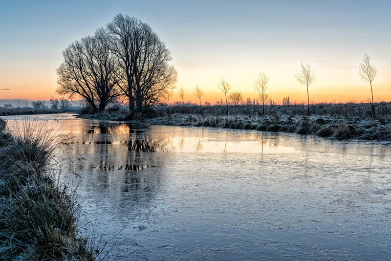 UK Weather: Crisp, frosty dawn in the Cambridgeshire Fens