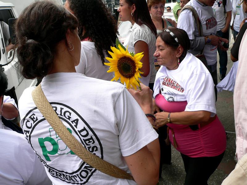 """PBI recibe financiación de parte de aproximadamente treinta entidades provenientes de diez países que incluyen grupos nacionales de PBI, organismos gubernamentales y agencias internacionales de cooperación. <br /> <a href=""""http://www.pbi-colombia.org/field-projects/pbi-colombia/about-pbi-colombia/funding-agencies/"""">http://www.pbi-colombia.org/field-projects/pbi-colombia/about-pbi-colombia/funding-agencies/</a>"""