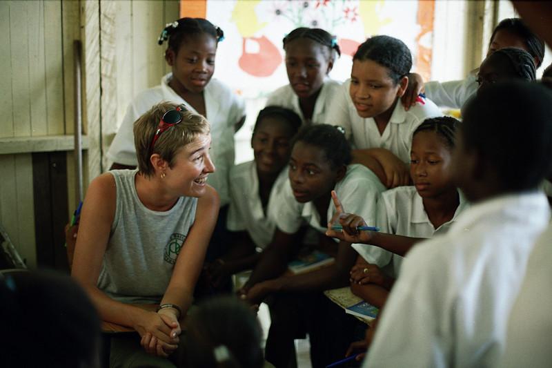 Desde entonces, cientos de voluntarios y voluntarias internacionales han acompañado a organizaciones de derechos humanos y comunidades en Colombia.