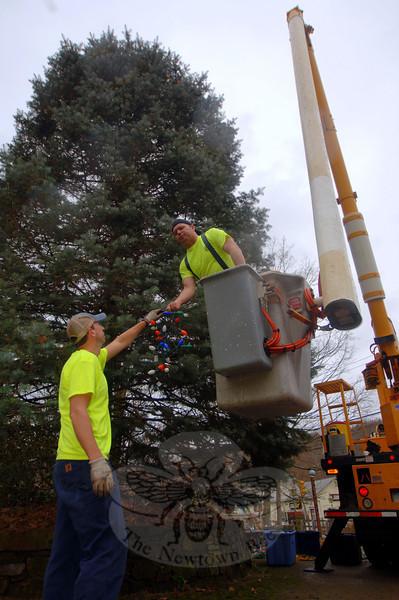 Jeff Thomas passes the treetop star to Keven Belden.  (Bobowick photo)