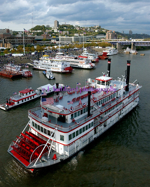 E.L. HUBBARD/JOURNALNEWS<br /> The Belle of Cincinnati cruises on the Ohio River at Cincinnati during the Tall Stacks event Thursday, 10/16/03.