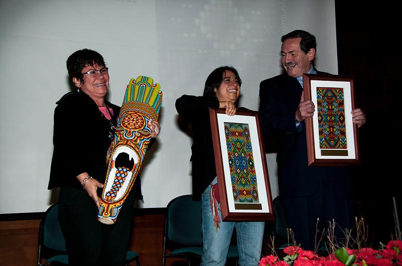 Jackeline Rojas, Judith Maldonado y el Colectivo de Abogados José Alvear Restrepo fueron los galardonados. Los premiados recibieron cada uno un tejido original elaborado de manera exclusiva para el reconocimiento por indígenas del pueblo Kamentsa, asentado en el departamento del Putumayo.