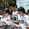 Durante más de una hora, miembros de Asfaddes leyeron en voz alta los miles de nombres de personas desaparecidas frente a los transeúntes en la Plaza Lourdes de Bogotá.