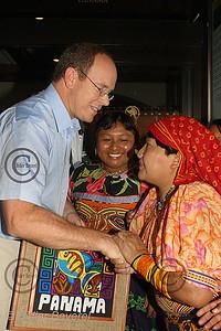 27/11/2002  PANAMA CITY (PANAMA)  VISITE DE SAS ALBERT DE MONACO RENCONTRE  AVECLES FEMMES KUNA DES ILES SAN BLAS.