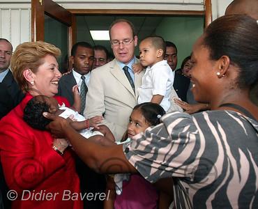"27/11/2002  PANAMA CITY (PANAMA)  VISITE DE SAS ALBERT DE MONACO ET INAUGURATION DU DISPENSAIRE ""PRINCESSE GRACE DE MONACO"" EN COMPAGNIE DE LA PRESIDENTE DU PANAMA MME MIREYA MOSCOSO"
