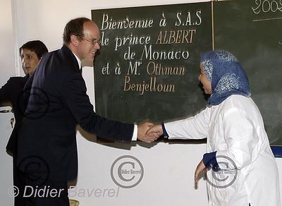 """LE 28/10/2002   LABLILATE.  VISITE DE SAS LE PRINCE ALBERT DE MONACO,A L'ECOLE DE LABLILATE,PRES D'ESSAOUIRA,FINANCEE PAR"""" LA COOPERATION POUR L'ENVIRONNEMENT ET LE DEVELOPPEMENT """"DE MONACO,RELAYEE PAR LA BANQUE BMCE."""
