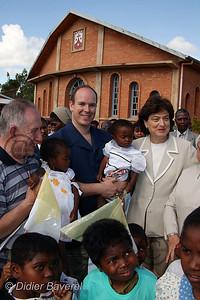12/03/2003  VOYAGE DU PRINCE ALBERT DE MONACO A MADAGASCAR POUR VISITER LES REALISATIONS DES L'ASSOCIATIONS HUMANITAIRES MONEGASQUES DONT AIDE ET PRESENCE DANS LA REGION DE FIONARANTSOA VILLAGE DE AMPAHIDRANO FOYER RAINIER III POUR ENFANTS RACHITIQUES