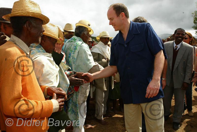 12/03/2003  VOYAGE DU PRINCE ALBERT DE MONACO A MADAGASCAR POUR VISITER LES REALISATIONS DES L'ASSOCIATIONS HUMANITAIRES MONEGASQUES DONT AIDE ET PRESENCE DANS LA REGION DE FIONARANTSOA ICI PREMIERE PIERRE A AMBALAMAHARASOA