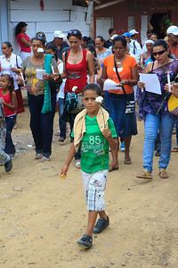 Posteriormente los llevaron a la plaza principal, los forzaron a acostarse boca abajo y posteriormente seleccionaron a 43 campesinos, entre ellos tres menores de edad, los amordazaron y se los llevaron.   Foto: Alejandro González