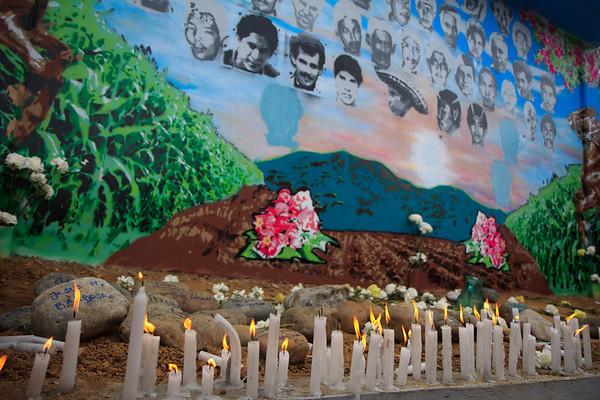 Con flores y velas encendidas en mano salieron los familiares en caminata hacia el Mural de la Memoria. El Mural fue hecho exclusivamente para honrar la memoria de los campesinos desaparecidos y fue auspiciado y levantado por los propios familiares. En el mural fueron dibujados los rostros de los desaparecidos entre elementos comunes de la zona como son una montaña, un maizal, dos caballos y flores de Bonche.  Foto: Alejandro González