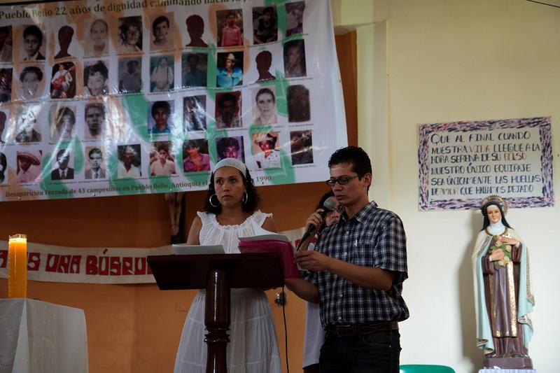 La conmemoración inició con un acto ecuménico en la iglesia de Pueblo Bello en la que después de unas palabras de apertura por José Daniel Álvarez (en la foto), hijo de uno de las personas desaparecidas, se dio lectura al nombre de cada uno de los 43 desaparecidos.<br /> <br /> Foto: Alejandro González