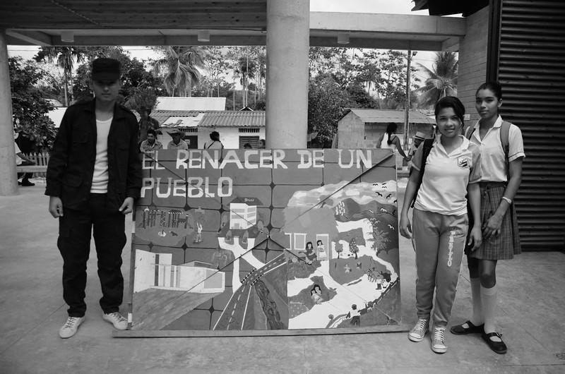 Un grupo de jóvenes estudiantes de Pueblo Bello interpretó una obra de teatro recordando lo que sucedió aquella noche y en ella apostaba por un futuro en el que ninguna persona tenga que volver a vivir algo así.