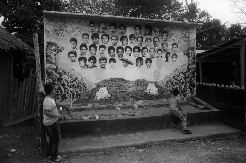 """El 14 de enero de 1990, 60 paramilitares entraron en Pueblo Bello y se llevaron a 43 hombres. Se dice que Pueblo Bello cambió ganado por hombres, pues anteriormente la guerrilla había robado 43 reses de Fidel Castaño y éste la """"pagó"""" con estos campesinos."""