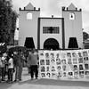 Al salir de la iglesia, los y las familiares desplegaron un cartel donde se pudieron ver las fotografías de los 43 desaparecidos.