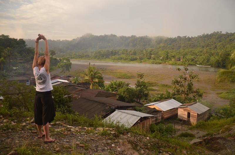 Nicki se estira al amanecer en la comunidad El Golondro, después de la caminata de cuatro horas el día anterior.