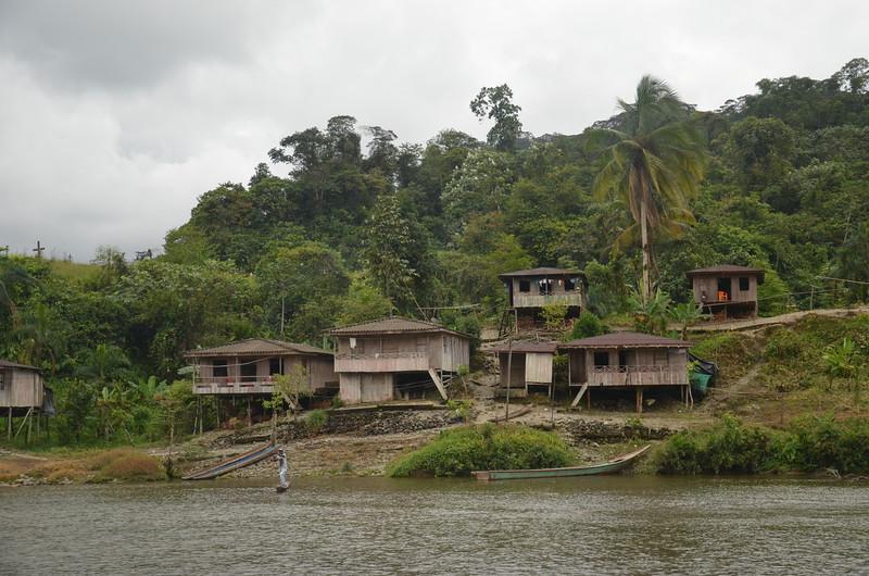 Avanzamos río arriba, visitando tres comunidades diarias, en total son 64.