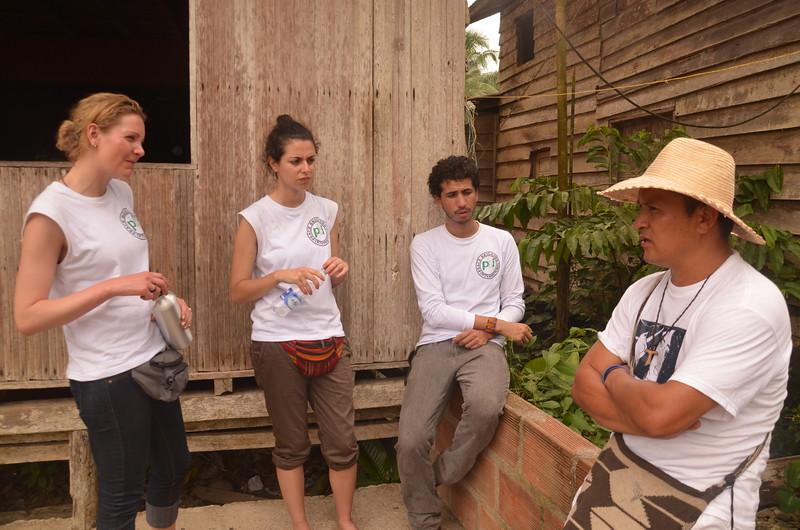 Nos reunimos con Enrique Chimonja, del equipo de terreno del Valle de Cijp. Éste nos contó que llevaba 10 días viajando por el río con el objetivo de dar a conocer, a las comunidades, la resolución del Consejo de Estado en última instancia, en la que se pone de manifiesto que se niega las pretensiones de la Universidad del Cauca de ser reconocida como titular de derechos territoriales en el Naya a través de una acción interpuesta en 2008.