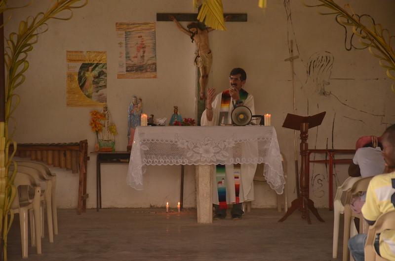 """El Padre Alberto, miembro de la junta directiva de la Cijp, realizó varias celebraciones en las comunidades, con motivo de la Semana Santa. <br /> Los eventos son muy emotivos puesto que este teólogo recuerda la historia de la comunidad durante las celebraciones: """"En 2001, del 10 al 13 de abril, cerca de 500 hombres de las Autodefensas Unidas de Colombia (AUC) bloquearon el acceso a la zona y recorrieron el territorio, matando no menos de 40 personas, incendiando las casas, amenazando y obligando a huir a sus pobladores. Los hechos fueron realizados por paramilitares al mando de alias """"HH"""", comandante del Bloque Calima de las AUC quien fue extraditado a Estados Unidos y sometido a la justicia de ese país, con el resto de altos jefes paramilitares, por narcotráfico. La incursión paramilitar afectó por lo menos a 15 poblados de la región, dejó más de tres mil personas desplazadas y un número superior a 100 asesinatos. De esas víctimas asesinadas solo se han encontrado cerca de 45 cuerpos. Sus víctimas han manifestado públicamente que la intervención paramilitar fue alentada por sectores interesados en abrir la zona a la explotación minera"""".(1)<br /> ----<br /> 1. Verdad Abierta: Mujeres víctimas de la masacre del Naya , 15 de noviembre de 2013  <a href=""""http://www.verdadabierta.com/masacres-seccion/5031-mujeres-victimas-de-la-masacre-del-naya"""">http://www.verdadabierta.com/masacres-seccion/5031-mujeres-victimas-de-la-masacre-del-naya</a>)"""