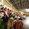Los manifestantes en una reunión, en el polideportivo donde acampaban.