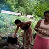 Por el momento, lo que hay de comer es poco. Todos los días la comunidad elige un grupo de personas a cargo de cocinar yuca, arroz y papas, a veces también queso y huevos. A la semana de llegar ya cultivaron alguna tierra cerca del campamento, pero hasta que haya cosecha, la comunidad depende de donaciones de alimentos.