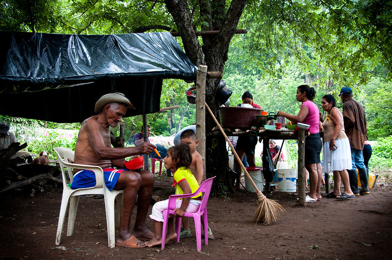 La mayoría de las familias han sufrido dos y hasta tres desplazamientos forzados. En 2000 fueron desplazadas por grupos paramilitares, y según ha denunciado la Fundación Comité de Solidaridad con los Presos Políticos, en 2010 la comunidad fue desalojada de manera irregular por el Ejército.