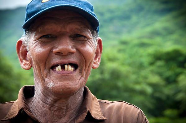 «El reto que tenemos que enfrentar es la construcción de nuestras tierras para sembrar nuestras plantaciones agrícolas. Luego vienen las construcciones de nuestra vivienda», nos cuenta Gustavo Guerra, artesano y cantante de vallenatos. Pitalito se encuentra en el departamento del Cesar que es la cuna de los acordeones y del vallenato.