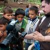 El retorno de las familias lo cubre un equipo de documentalistas y esto es algo nuevo para estos niños que por primera vez están viendo a su comunidad en video.