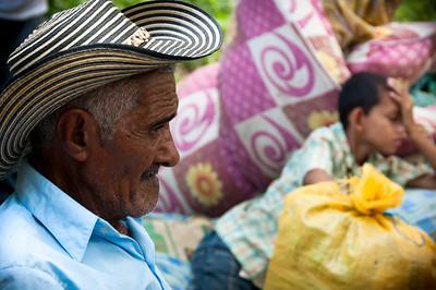 Finalmente llegó el día, antes del amanecer todos estaban de pie. Habían empacado las pocas pertenencias que tenían durante los tres años de vida como desplazados en un barrio marginal y polvoriento llamado Curumaní (Cesar).