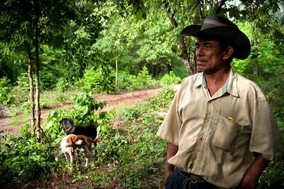 Su destino final situado entre la montaña a espaldas de la Serranía del Perijá, en la frontera con Venezuela, contrasta con el refugio de los últimos tres años. Antes del desplazamiento en 2010 las familias vivieron aquí en fincas, sembrando cultivos de yuca, maíz y café.