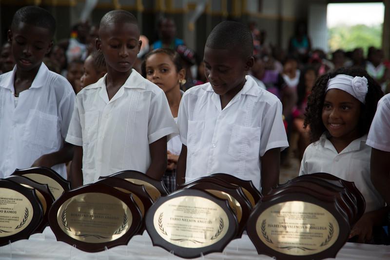 Niños y niñas otorgaron los premios a las mujeres y hombres que han entregado su vida a la resistencia y al liderazgo.