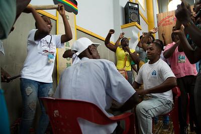 """Entre discurso y discurso, los grupos musicales entretuvieron a la gente con el """"currulao"""", esta palabra hace alusión al """"Cununao"""", que hace referencia a los tambores de origen africano, que desempeñan un papel importante dentro del folclor de la Región Pacífica colombiana."""