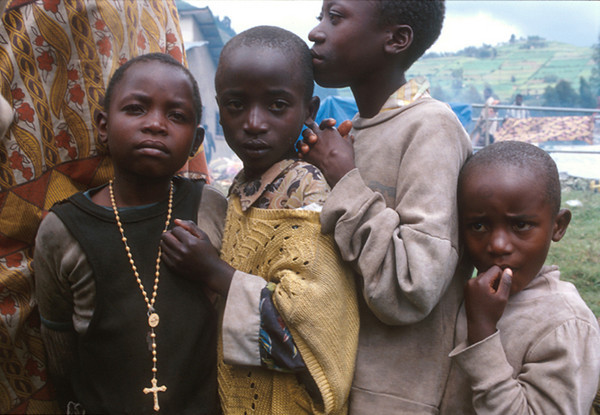 In a line of people four children wait help from the Ngo.<br /> Rwanda, November 1996.<br /> <br /> © Laura Razzano
