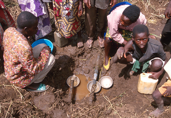 Finding some drinkable water becomes impossible. This is one of the reason of many deaths by cholera.<br /> Rwanda, November 1996.<br /> <br /> © Laura Razzano