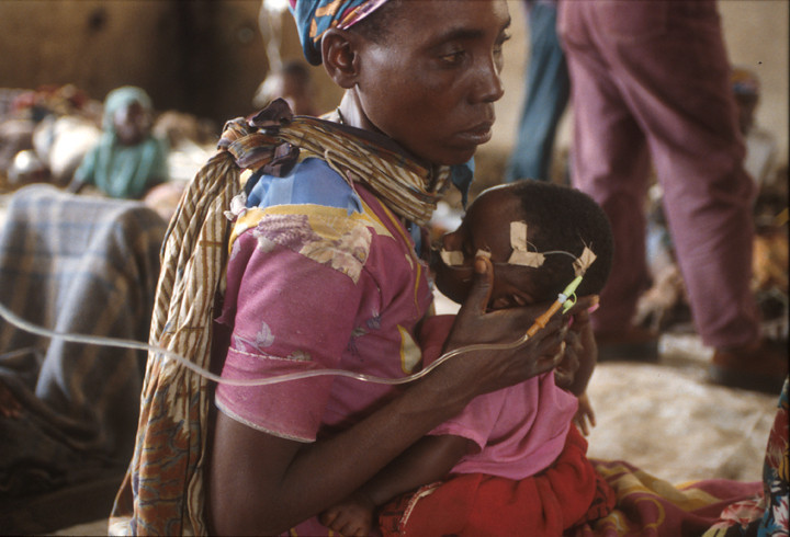 In a cowshed between the borderline between Zaire and Rwanda is made ready the first aid post.<br /> Rwanda, November 1996.<br /> © Laura Razzano
