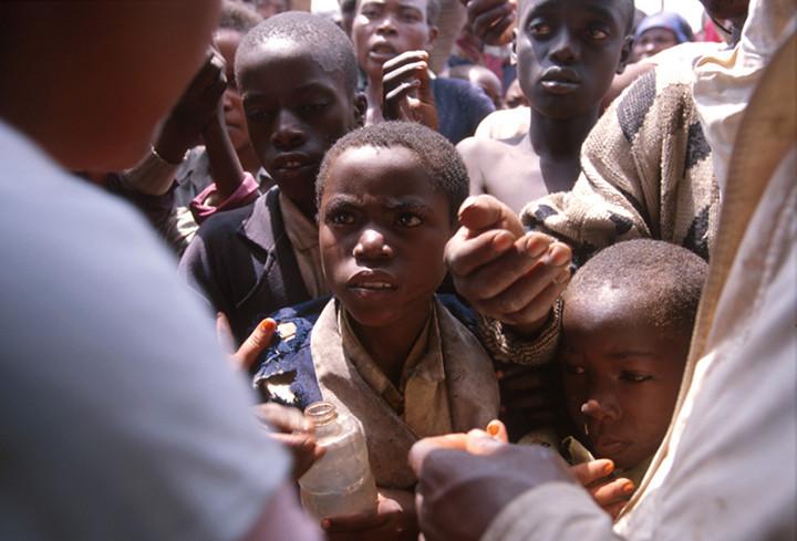 Doctors Without Borders distribute water's disinfectants.<br /> Rwanda, November 1996.<br /> <br /> © Laura Razzano