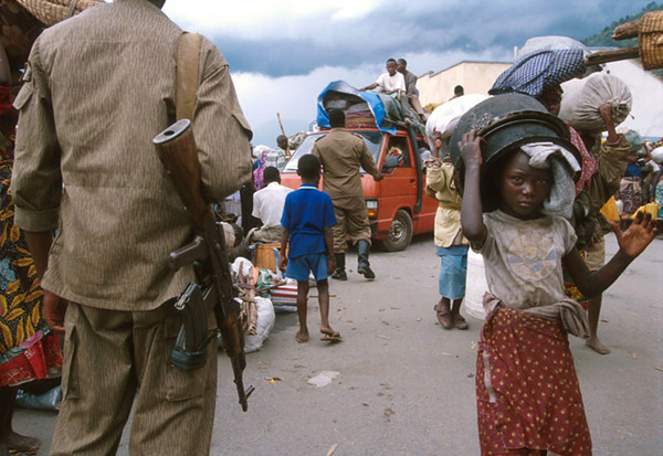 On the road to Kigali. <br /> Rwanda, November 1996.<br /> <br /> © Laura Razzano