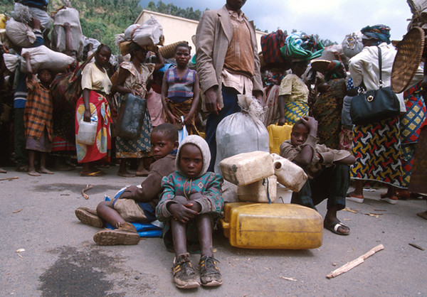 Refugees arrive to Gysegnyi, a small town near the borderline of Zaire. <br /> Rwanda, November 1996.<br /> <br /> © Laura Razzano