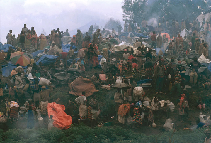 The circle of the refugees.<br /> Rwanda, Novembre 1996<br /> <br /> © Laura Razzano
