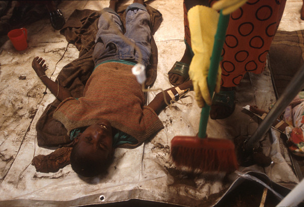 In a cowshed between the borderline between Zaire and Rwanda is made ready the first aid post.<br /> Rwanda, November 1996.<br /> <br /> © Laura Razzano