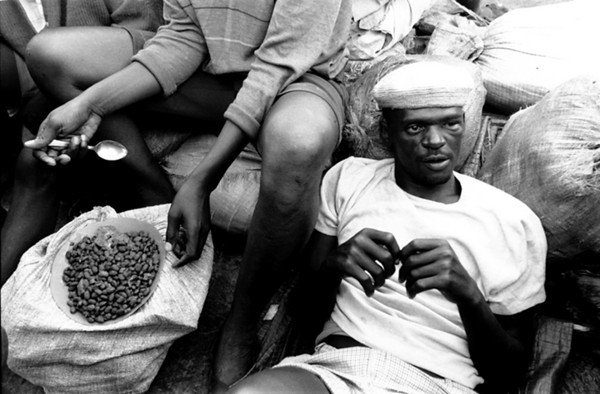 A few prisoners cook some beans with small tins and live coals.<br /> Rwanda, Prison of Gitarama, November 1996.<br /> © Laura Razzano