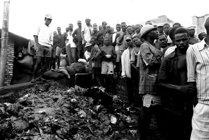 The whole prison is invaded by garbage, a mixture of incomprehensible remains.<br /> Rwanda, Prison of Gitarama, November 1996.<br /> © Laura Razzano