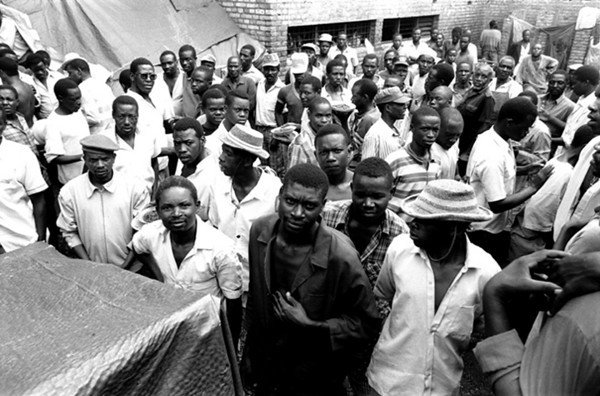 The prisoners are crowded to become a measureless throng.<br /> Rwanda, Prison of Gitarama, November 1996.<br /> © Laura Razzano