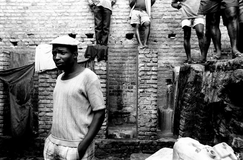The lavatories are only six latrines.<br /> Rwanda, Prison of Gitarama, November 1996.<br /> © Laura Razzano